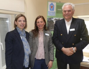 Gema Mª Jaén Carrasco, directora de la oficina de La Caixa en Torrelodones; la directora de la residencia, Estrella Gallego (en el centro) y Francisco Gómez Temboury, uno de los voluntarios