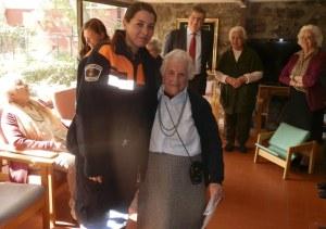 Giulia, de Protección Civil, con Trini Muñoz, la centenaria poetisa de Torrelodones, que reside en Santa María de Los Ángeles