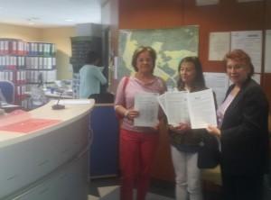 Entrega de la carta y firmas en el Registro del Ayuntamiento