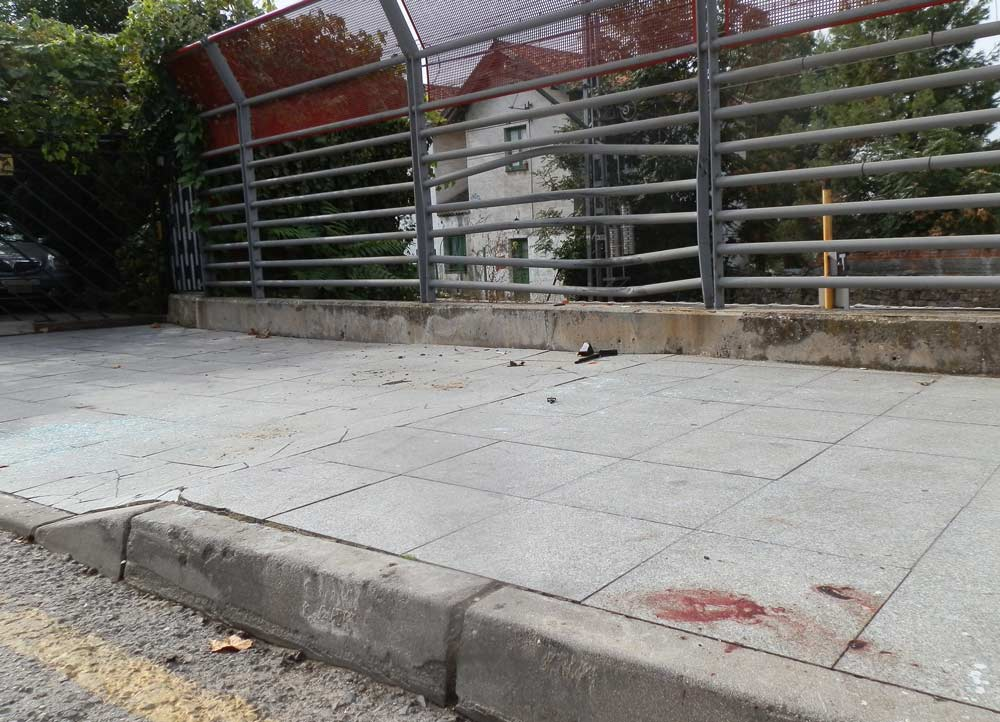 La valla de la estación Torrelodones hundida, se ven rastros de sangre y cristales y plásticos del todoterreno chocado