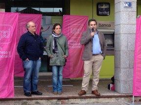 Carlos Martínez Gorriarán, Elvira García Piñero y Antonio Checa; en la Plaza de la Constitución de Torrelodones