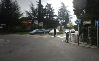 El paso de peatones donde se produjo el accidente, justamente en el sitio donde se ve una persona cruzando
