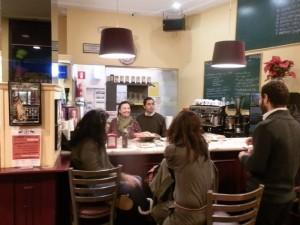 Karine y Nacho atendiendo a sus clientes en Belle Epoque