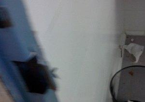 Cerradura forzada en el cuarto de baño de mujeres del Julián Ariza