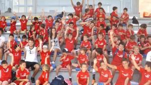 La internaciona Jennifer Hermoso, rodeada de los niños del Campus del Torrelodones CF