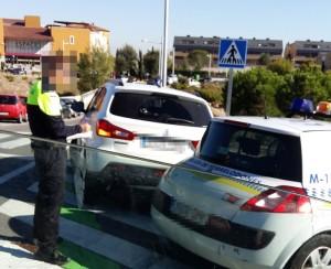 Policía multando este jueves 15, un vehículo aparcado sobre una glorieta pintada frente al Colegio San Ignacio