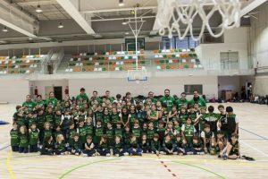 Alumnos y entrenadores en la Escuela de Baloncesto San Ignacio, de Torrelodones
