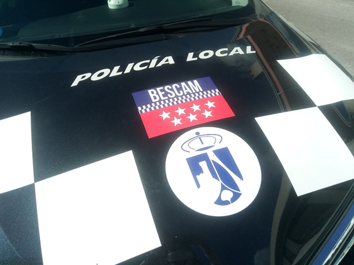 Capot de coche de Policía Local con escudo Torrelodones con logo de BESCAM