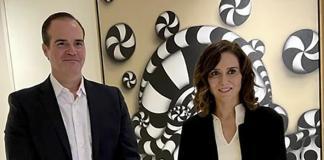La presidenta de la Comunidad de Madrid, Isabel Díaz Ayuso con el presidente del Banco Interamericano de Desarrollo, Mauricio Claver-Carone