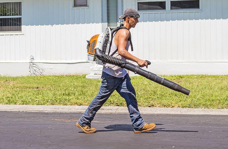 Hombre con sopladora de hojas, licencia CC0