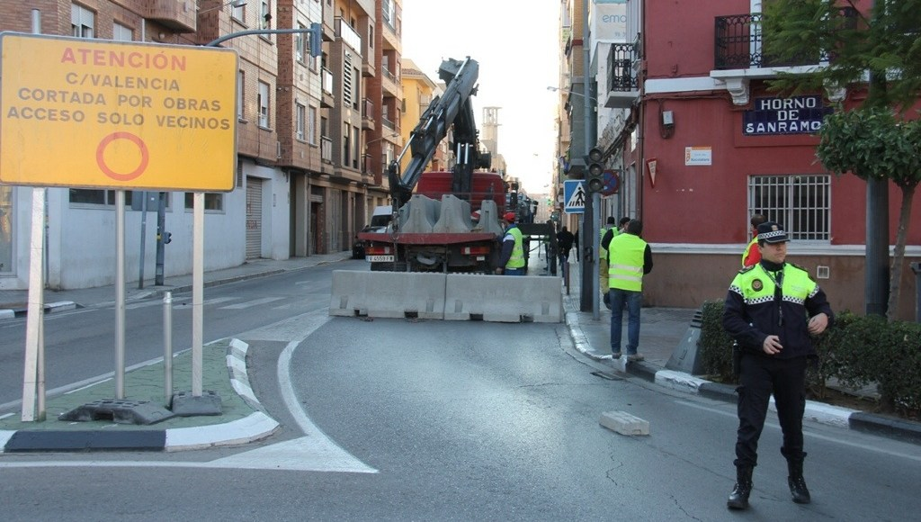 Cierra al tráfico la calle Valencia y comienza la primera fase de ...