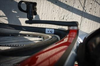 Reifenfreiheit hinten: Mehr als 25 mm (diese sind hier montiert) sind kaum drin. Tretlager: Pinarello setzt mit Überzeugung auf traditionelle geschraubte italienische Tretlager (BB30) und verzichtet darauf, die Möglichkeiten von Carbon optimal durch eingepresste Tretlager zu nutzen. Denn - Gewinde und Carbon - dass ist nicht die optimale Befestigungsart für diesen Werkstoff. Dennoch: Vielseitigkeit und Zugänglichkeit von geschraubten Tretlagern sind sicherlich ein Vorteil dieser Design-Entscheidung.
