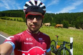 Yours Truly. Spazierenfahren des Katusha Alpecin Team Trikots welches es in Bimbach für das Finishen der Bimbach 400 Wertung gab (Jeweils am Pfingstsamstag und -sonntag die längste Strecke mit Gesamt über 400 km fahren). Normalerweise bin ich ja kein Fan des Tragens von Team-Kits. Es sei denn, ich bin Fahrer des jeweiligen Teams. Aber: Hey - a) mit Canyon fahren die Roten schon mal geile Räder und b) das rot ist dann doch ganz schick und c) Hut ab, Katusha Sports - Trikots kannst du. Sehr feines Teil.