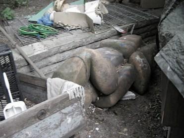 Die Skulptur Umarmung, von Emilia Nicolova-Bayer, im Schutt des Nachbargrundstücks.