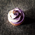Citromos cupcake, áfonyás svájci vajkrémmel