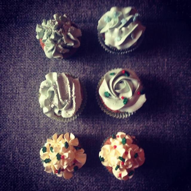 karacsonyi_cupcake_pasztellben_glazurshop-tortaiskola-áfonyas_szilvas_cupcake-1 (3)
