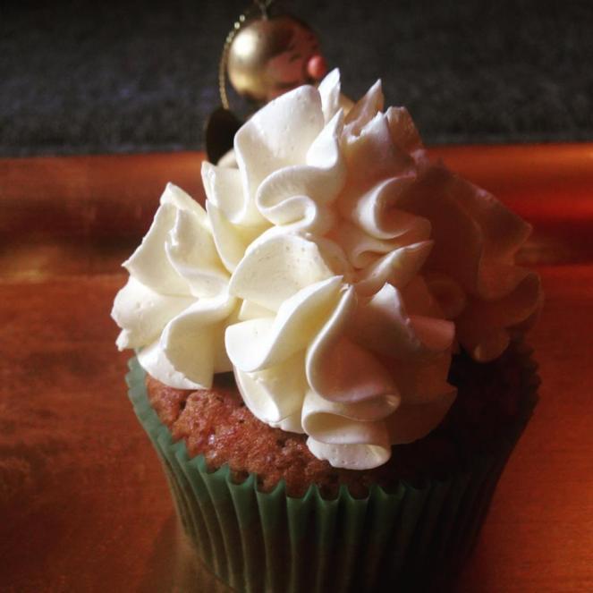 karacsonyi_cupcake_pasztellben_glazurshop-tortaiskola-áfonyas_szilvas_cupcake-1 (9)