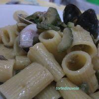 Mezze maniche con zucchine, vongole e cozze