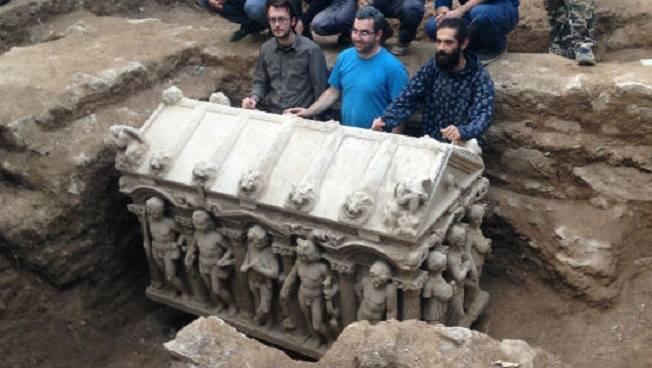 Lo scherzo del sarcofago ritrovato nel parco archeologico di Tortona