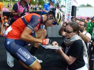 Castellania Vincenzo Nibali firma autografi sul palco di piazza Candido Cannavò