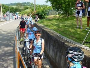 Il lungo cordone di ciclisti che per tutta la mattinata ha continuato ad arrivare a castellania