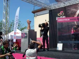 Il trofeo senza fine sul palco di castellania