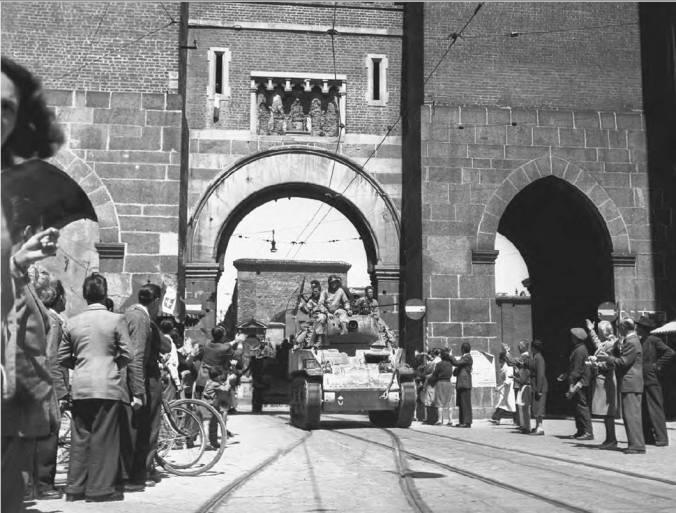 Aprile 1945. Carri armati americani entrano in Via Manzoni a Milano