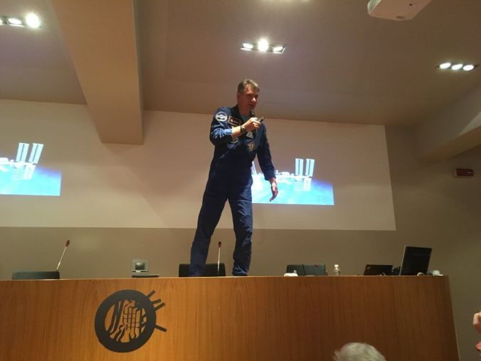 Paolo Mespoli in piedi sulla cattedra della sala congressi della fondazione