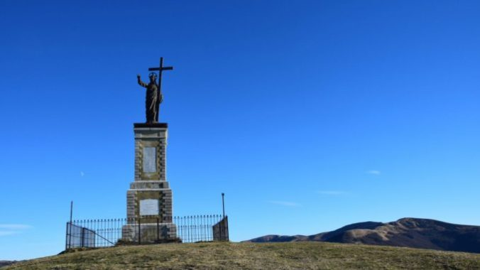 La statua in bronzo del Cristo Redentore sul Monte Giarolo