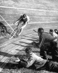 Fausto coppi sulla pista in legno d'acero del Vigorelli di Milano
