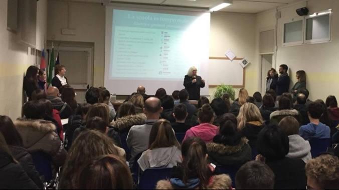 Maria Rita Marchesotti parla al pubblico dell'Open Night al Liceo Peano