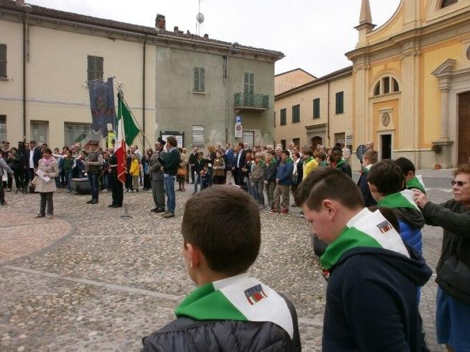 I ragazzi delle scuole di Viguzzolo in piazza della Libertà