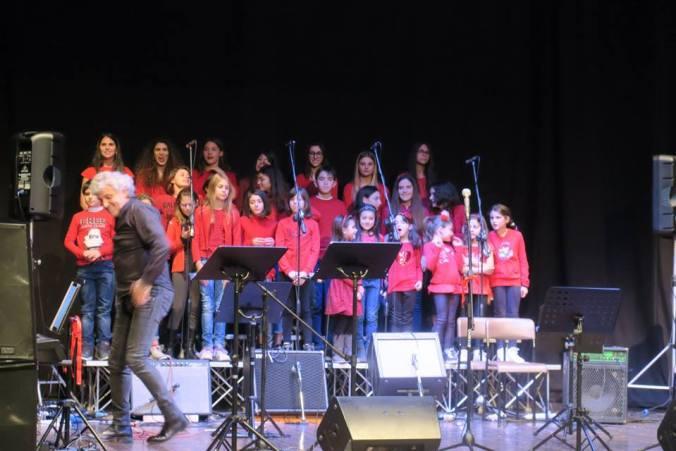 I ragazzi del Kinder Chorus col maestro Enzo Consogno
