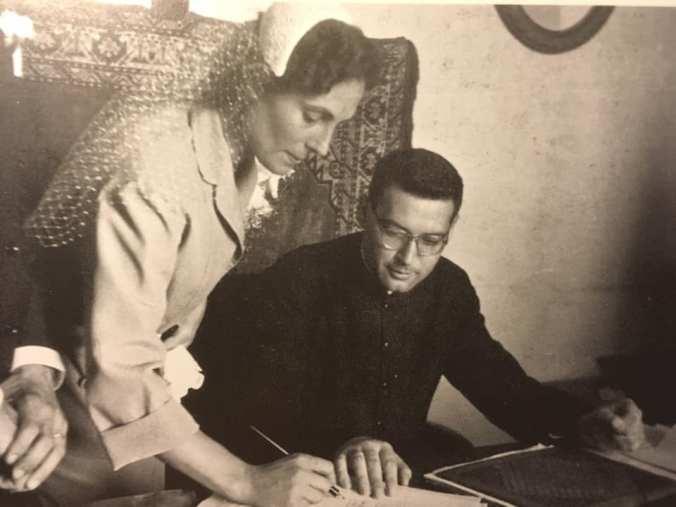 Don Francesco Remotti assiste alla firma del registro matrimoniale da parte di Elsa Fregonese