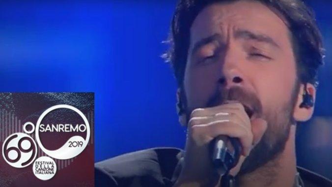 Maurizio Carucci sul palco dell'Ariston