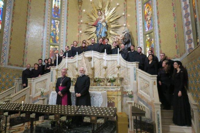 Don Renzo Vanoi e Mons. Vittorio Francesco Viola in posa con la Cappella marciana