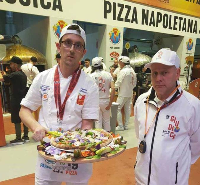 Paolo Abbiati con la pizza al Grano San Pastore presentata a Parma