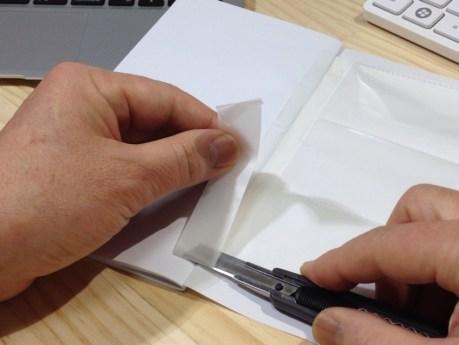 12 テープの末端を切る。