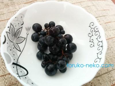 トルコ イスタンブールで、黒ブドウがお皿に盛りつけてある写真 画像