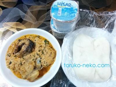トルコ イスタンブールで ナイジェリア料理、メロンという料理がある。芋から取られた食べ物と飲み水の写真 画像