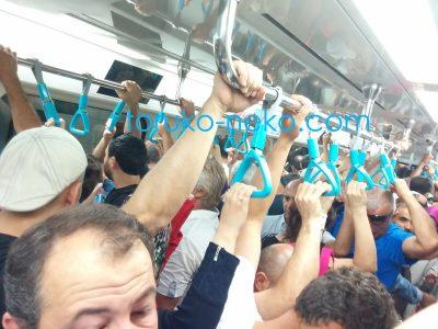 metro イスタンブールのメトロの電車内の様子