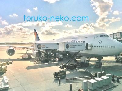plane airplane ドイツ フランクフルト空港で、 ルフトハンザ航空の機体に預け荷物を入れているところの画像 写真