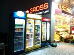 トルコでは自動販売機が日本ほどは無く、商品が陳列されているだけの状態であることを表した画像 写真