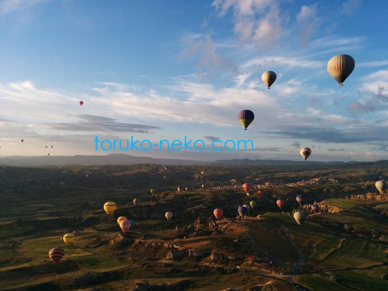 カッパドキアの気球からの地形と気球の眺め 青空が綺麗で 面白い地形が広く見えている画像 写真