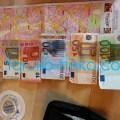 ヨーロッパの貨幣ユーロの写真100 ユーロ 50 20 10 5 ユーロ セント硬貨など トルコ猫歩きドイツデュッセルドルフの店で