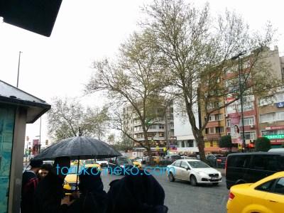 トルコ イスタンブールで 雹(ひょう)が降るなかバスを待つ人々の写真 霰(あられ)画像