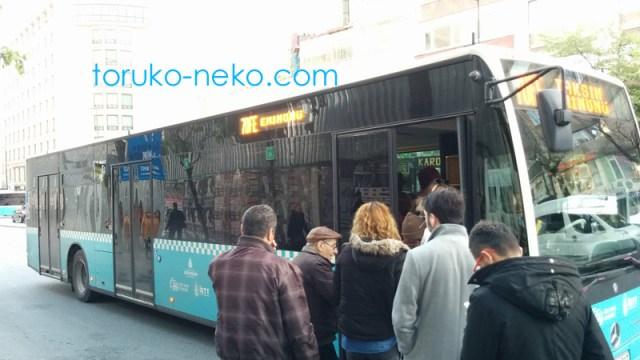 トルコ イスタンブールのバスの乗り方 イスタンブールカードの使い方 トルコ人がバスの前方右側の乗降ドアからバスに乗り込もうとしている写真 画像