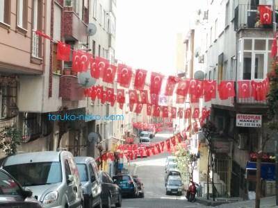 Türk bayrağı トルコ人がとても好きなもの 旗 トルコ国旗 がずらり掲げてある写真 画像