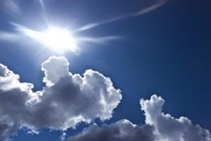 雲間からさす日射し