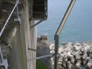経年写真 海上の橋梁用排水管とめっき金具
